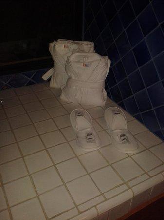 Hotel Nena: Batas y pantunflas para salida de baño