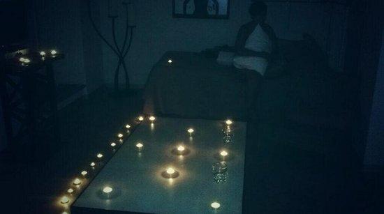 Apartamentos Alameda 91: Noche romántica, podéis apreciar la decoración vintage de esta.
