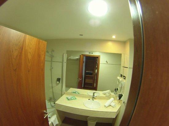 Hotel Avant Aeropuerto: Baño desde la puerta
