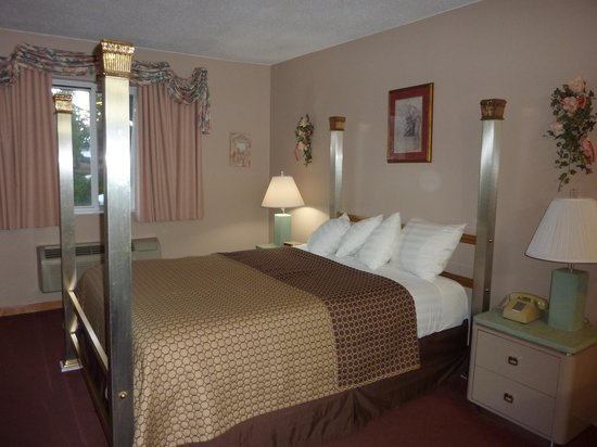 Bluffview Inn & Suites: queen bed with mirrored posts
