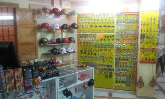 Souvenirs El Antojo de la Muralla: gorras e imanes