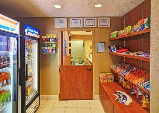 Comfort Inn DFW North / Irving: marketplace