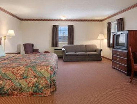 Days Inn Amherst: Deluxe One King Bed Room