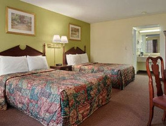 Days Inn Amherst: Standard Two Double Bed Room