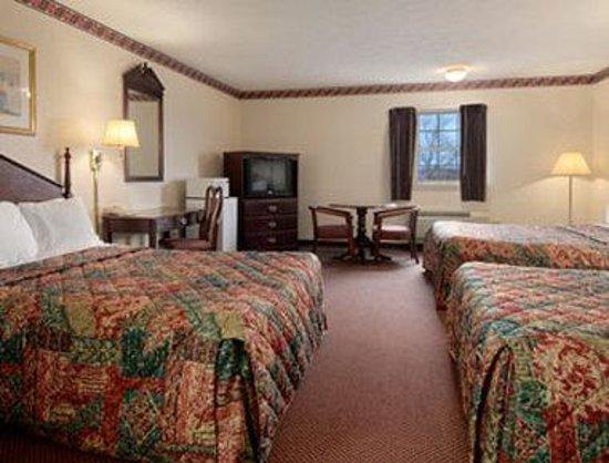 Days Inn Amherst: Standard Triple Double Room