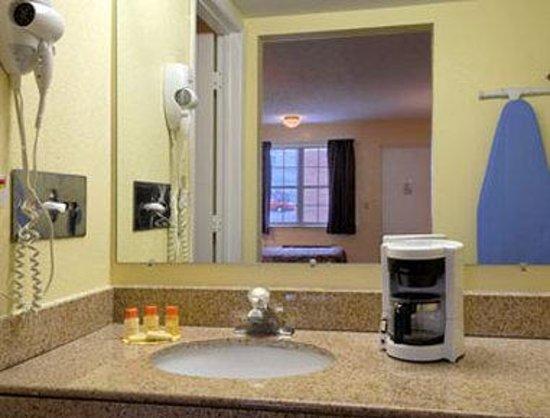 Days Inn Amherst: Bathroom