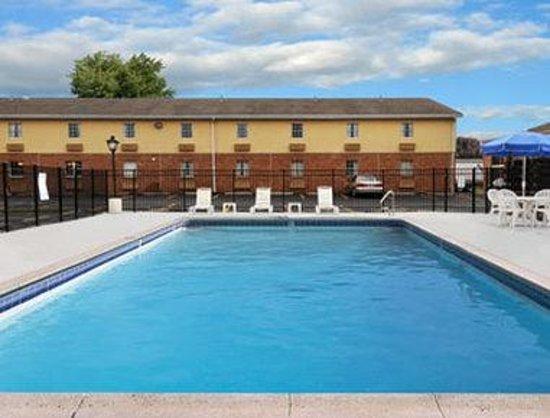 Days Inn Amherst: Pool