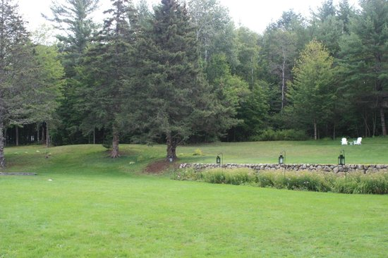 Horse and Hound Inn: Nice grassy grounds. Ideal for weddings.