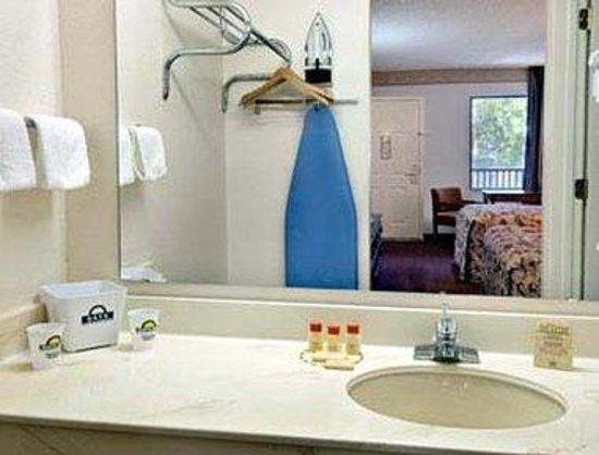 Days Inn Daytona Beach Downtown: Bathroom