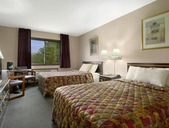 Days Inn Wurtsboro: Standard Two Queen Bed Room