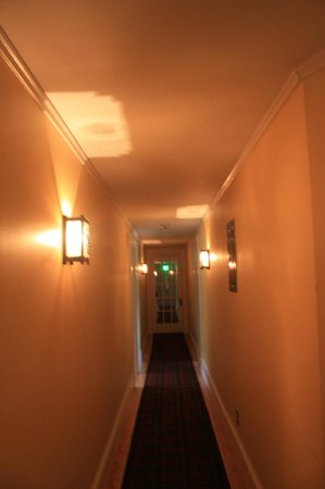 Horse and Hound Inn: Hallways upstairs.