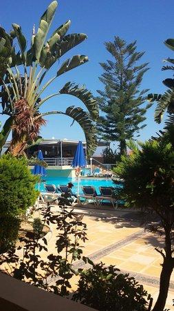 Futura Hotel: Uitzicht op het zwembad en de bar