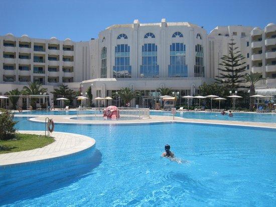 El Mouradi El Menzah: бассейн