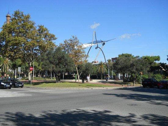 Pullman Barcelona Skipper : paseo cercano con escultura metalica
