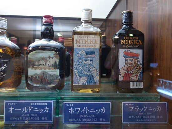 Nikka Whisky Sendai Factory Miyagikyo Distillery: 歴代のボトルを眺めてるだけでも楽しめます。