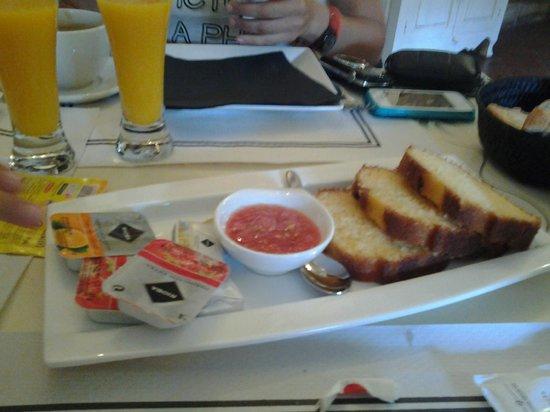 POSADA DE SAJAZARRA: Desayuno normal (también incluye huevos revueltos con bacón)