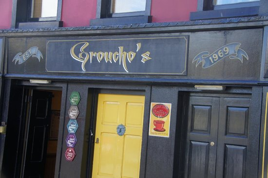 Groucho's Cafe Bar : front of the bar