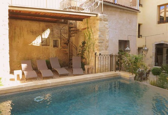 Les Remparts: The pool and loungechairs