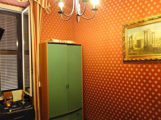 Hollywood Hotel : Paredes forradas em tecido vermelho e dourado