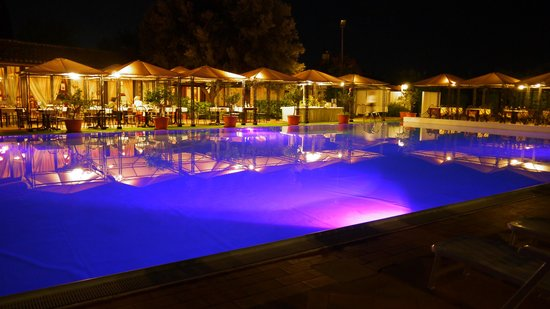 Valle di Mare Country Resort: la piscina ed il ristorante