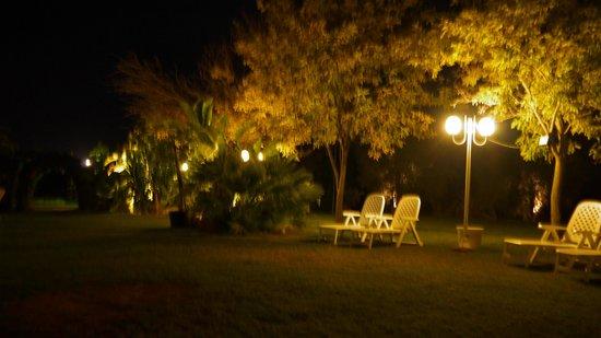 Valle di Mare Country Resort : il giardino adiacente la piscina