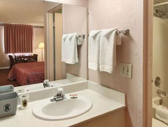 Americas Best Value Inn- Tucker: Bathroom