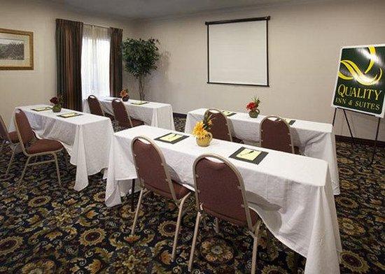 Quality Inn & Suites Near University: meeting room