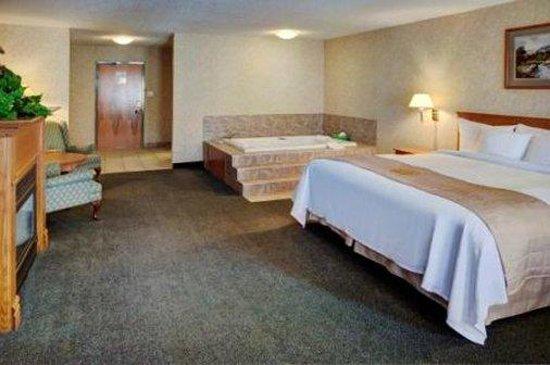Days Inns & Suites - Brooks: King Jacuzzi Suite