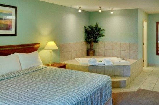 Lakeview Inn & Suites - Chetwynd: Honeymoon Suite