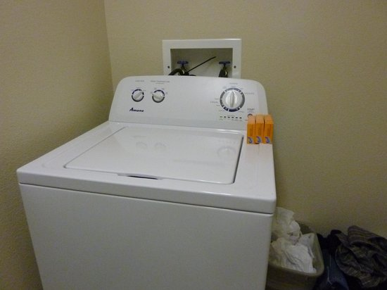 Country Inn & Suites By Carlson, Dubuque: laundry area