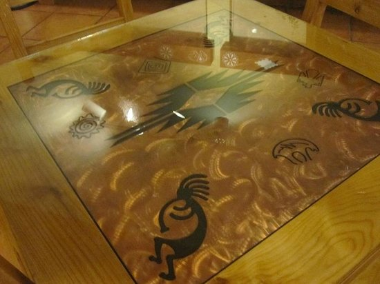 Econo Lodge Inn & Suites : Table in commons