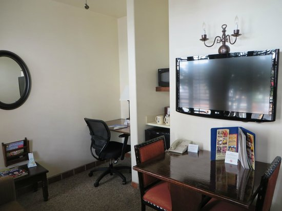 Best Western Plus Hacienda Hotel Old Town: Desk, table and sitting room with TV