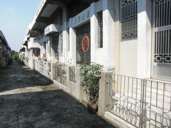 Chinese Cemetery: 家の様な墓