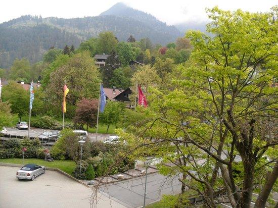 Mercure Hotel Garmisch-Partenkirchen: Vista da janela do nosso quarto para o estacionamento em frente ao hotel