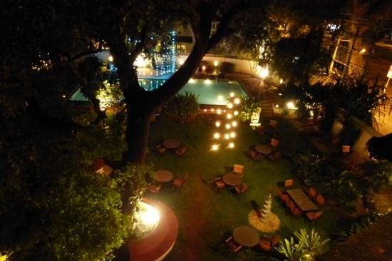Old Harbour Hotel: the garden at night