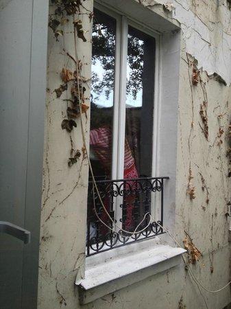 Caulaincourt Square Hostel: Zimmerfenster von aussen