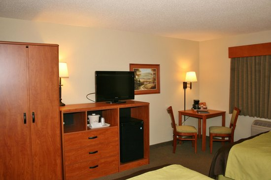 AmericInn Lodge & Suites Wabasha : TV / Table / Dresser area