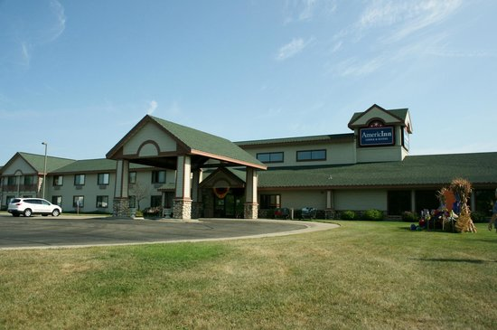 AmericInn Lodge & Suites Wabasha: Exterior on a nice morning