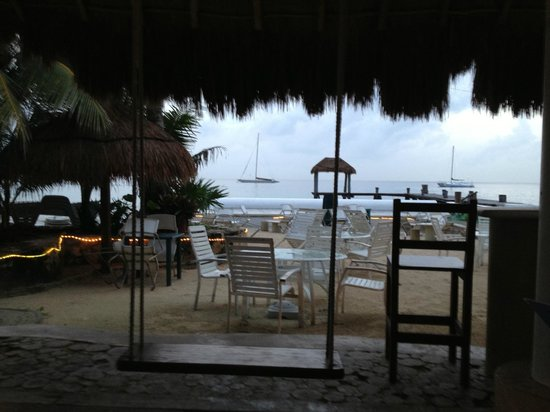 Villas Mayaluum: Little bar across the road - Carlos