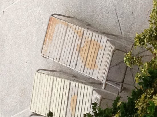 Canada Drive Hotel and Suites: Rusty damaged sun loungers