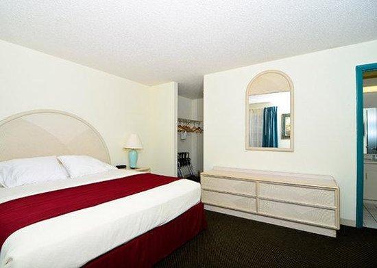 Rodeway Inn & Suites: guest room