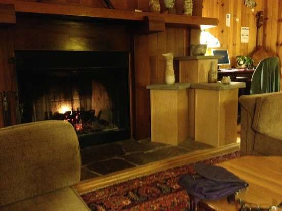 Stanford Inn by the Sea : Hotel lobby fireplace