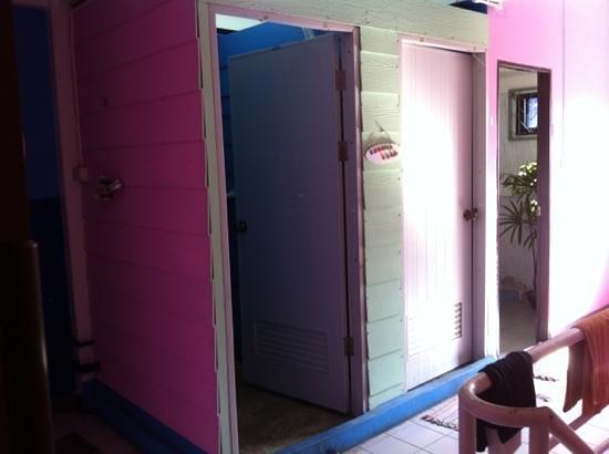 A Little Bird 2 Guesthouse: Shower rooms