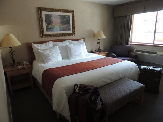 Lakeside Lodge and Suites: Very comfy bed