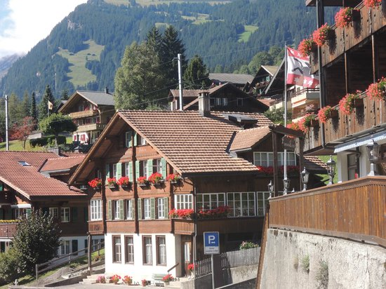 Jungfrau Lodge Swiss Mountain Hotel : Hotel is the first on the right