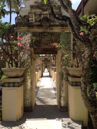 The Tanjung Benoa Beach Resort Bali: Center pathway to rooms and pool
