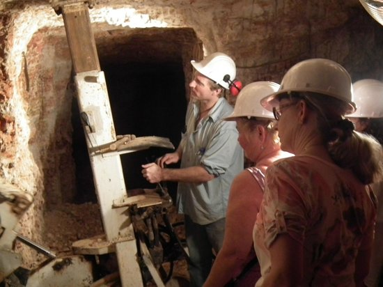 Red Earth Opal - The Opal Mine Tour: Owner demonstrating hydraulic clay pick thingamajig.