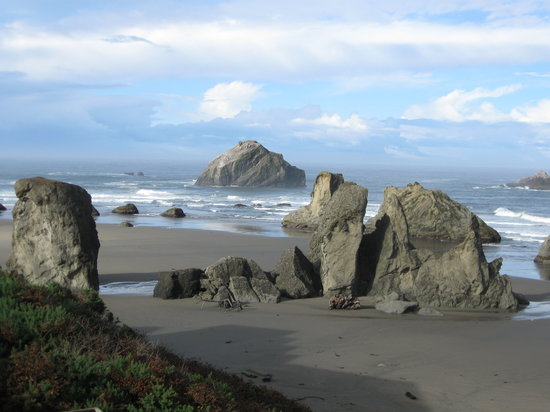 Sunset Oceanfront Lodging: Monoliths on beach