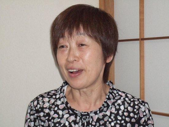 Kappo Ryokan Kasugaro : 「ご要望があれば遠慮なく言ってください」と勤続30年以上のスタッフ一場(いちば)ふみえさんは常に笑顔でお客に合わせた気配りを心がけています