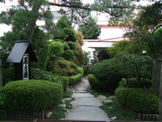 Kappo Ryokan Kasugaro : 純和風の入口の植木も丁寧に手入れされています